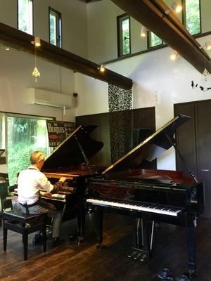 ボストングランドピアノGP-193 PE(左側)