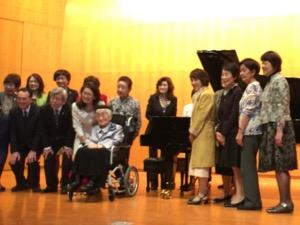 寄贈者を中心に学校関係者と卒業生による記念撮影