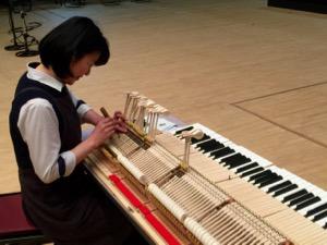 保守点検中のスタインウェイグランドピアノ